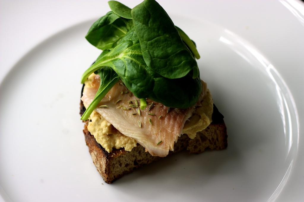 Sandwich mit Orangenhummus und Räucherforelle