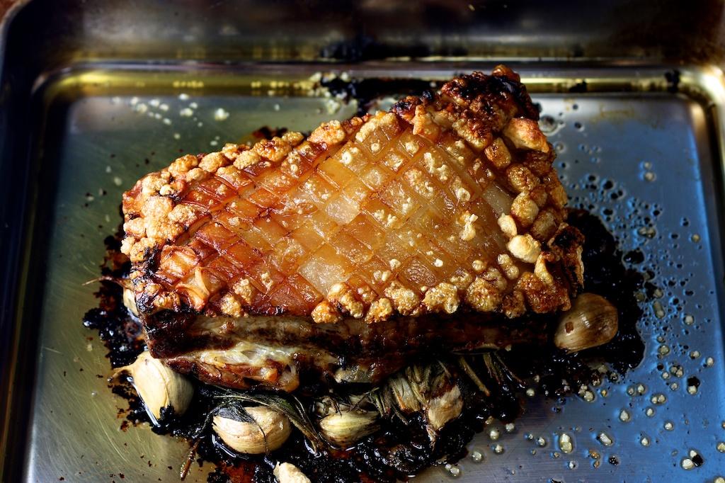 Schweinekrustenbraten auf Salbei und Knoblauch