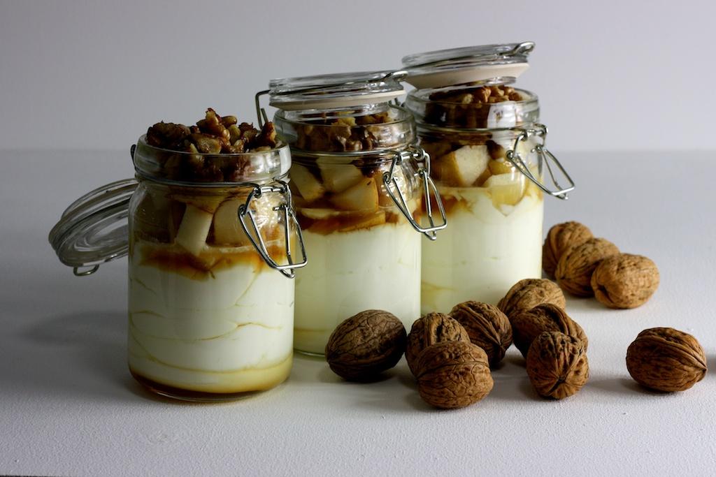 Griechischer Joghurt mit Ahornsirup, Birne und karamellisierten Walnüssen3