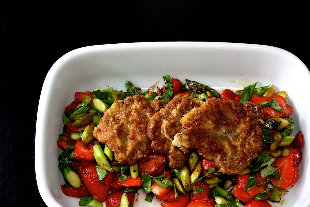 Lauwarmer Spargel- Erdbeer- Salat mit Piccata milanese1