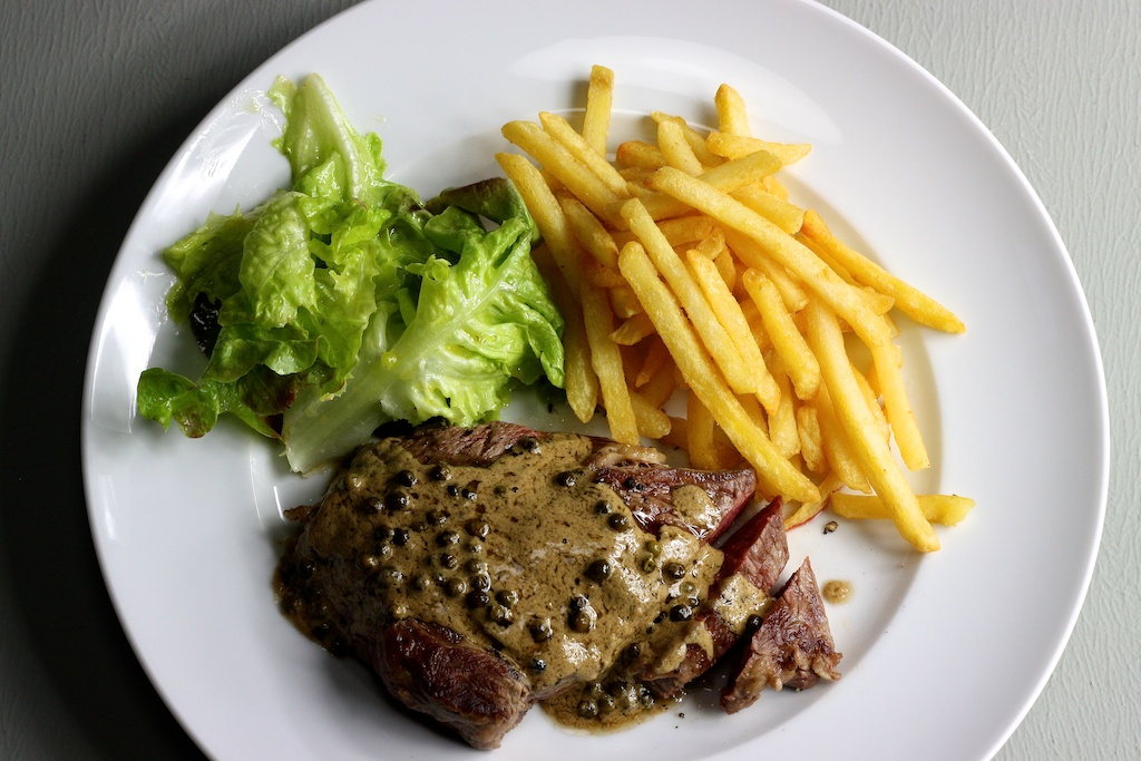 Steak frites mit Pfeffersauce