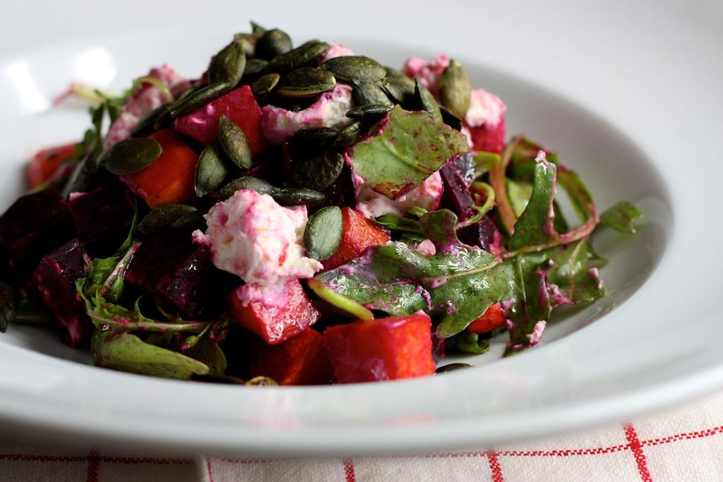 Rucola-Salat mit Roter Beete, Süßkartoffel und Ziegenkäse