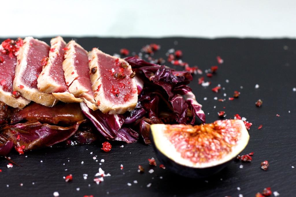 Thunfisch-Tataki mit rosa Pfeffer auf lauwarmen Radicchio-Feigen-Salat