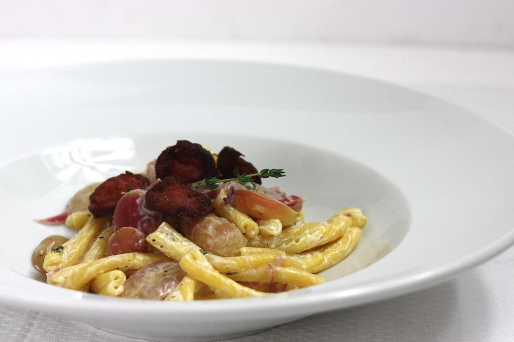 Pasta mit Ziegenfrischkäse, Trauben und Chorizo