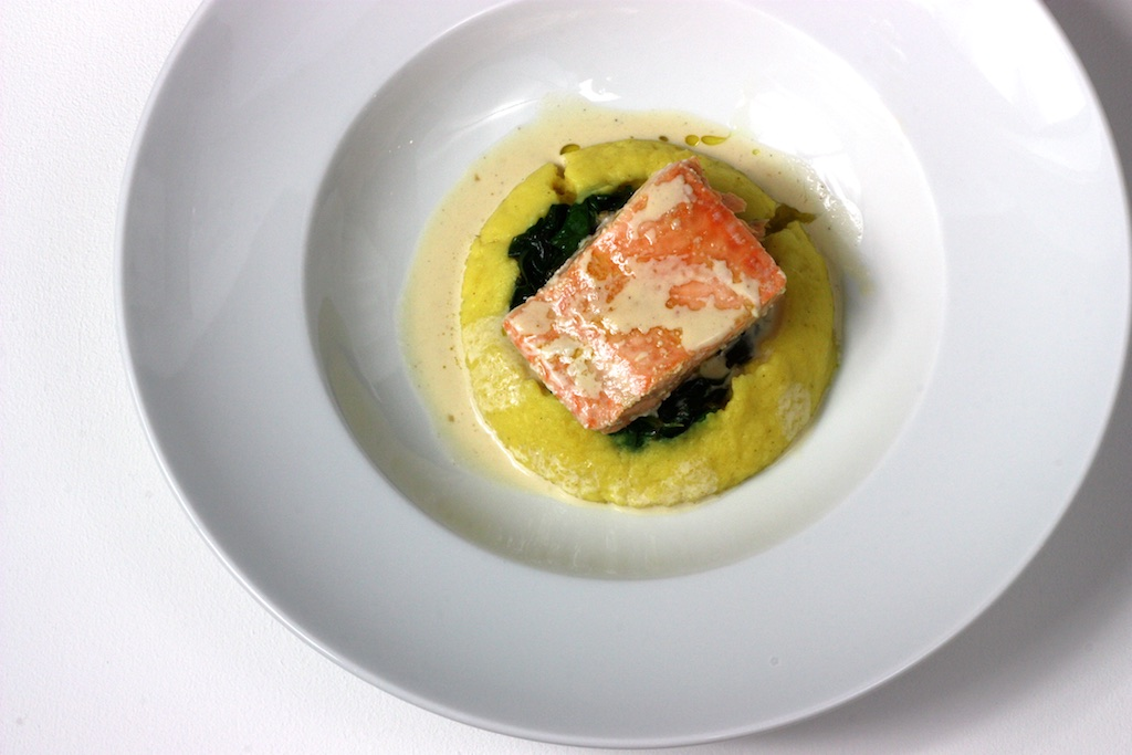 Lachs-Confit mit Steckrüben-Curry-Püree, Zitronensauce und Spinat