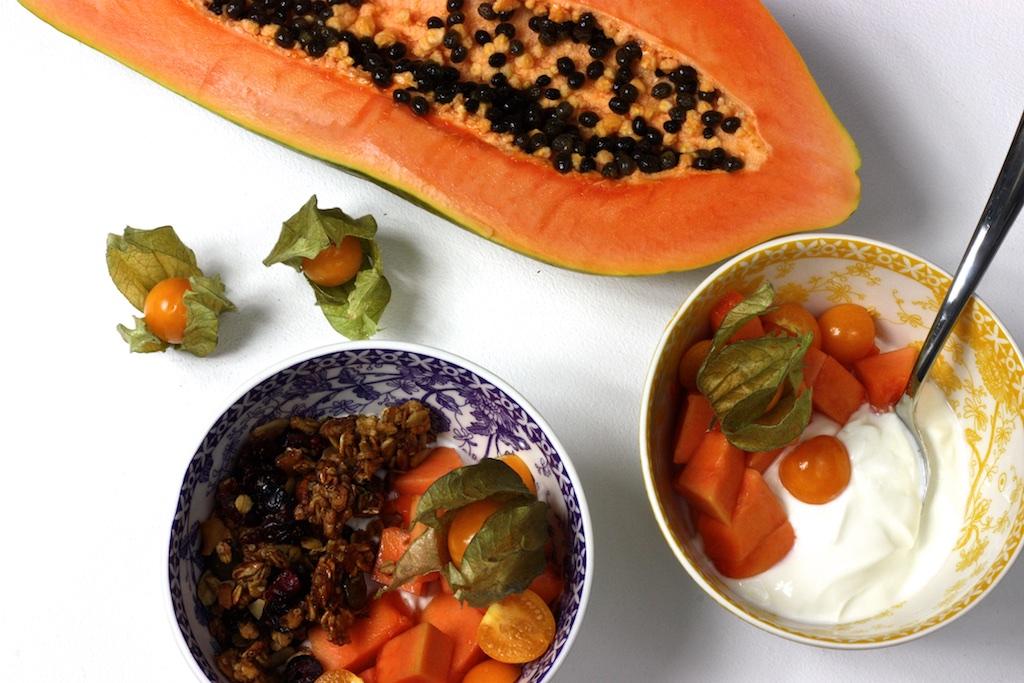 Homemade Granola mit Papaya, Physalis und griechischem Joghurt