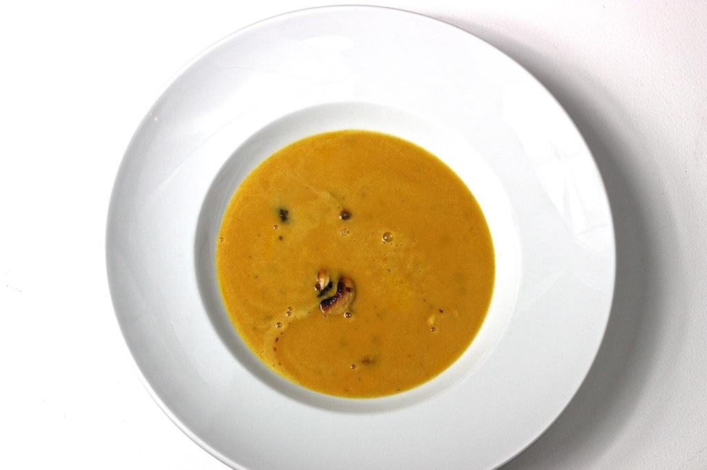 Kürbis-Kokos-Suppe mit süß-scharfen Cashew-Kernen