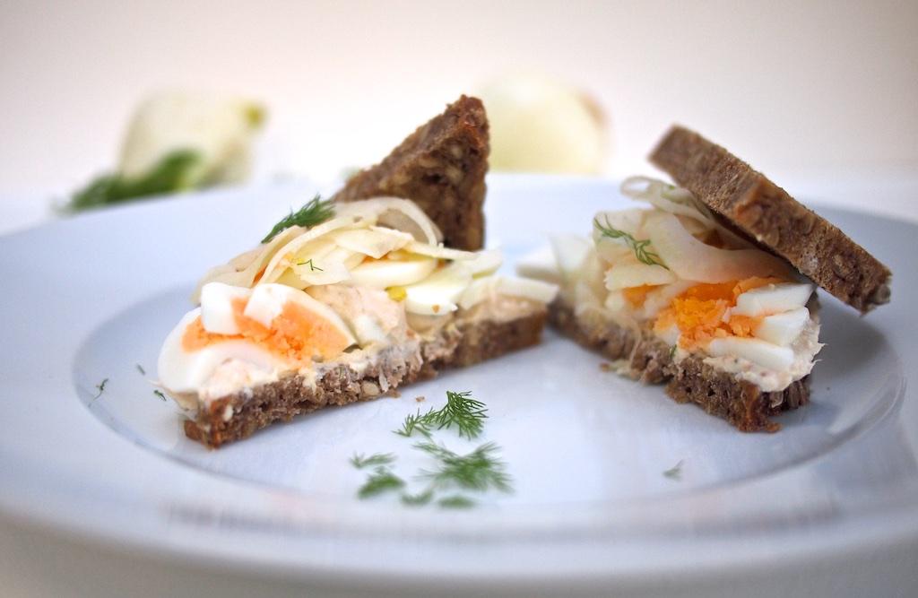 Forellen-Ricotta-Ei-Sandwich mit Fenchel