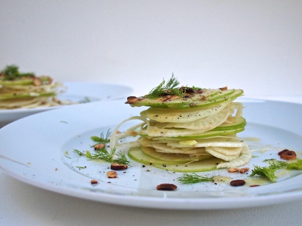 Kohlrabi-Fenchel-Granny Smith-Salat mit Haselnüssen