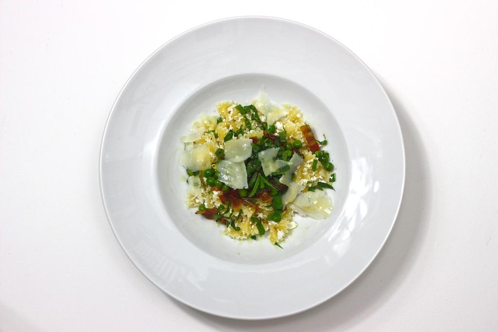 Zitronen-Ricotta-Farfalle mit knusprigen Pancetta, Minze und Erbsen.