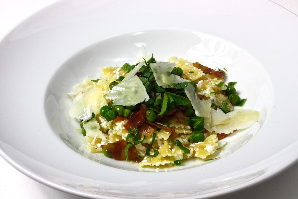 Zitronen-Ricotta-Farfalle mit Pancetta, Erbsen und Minze4