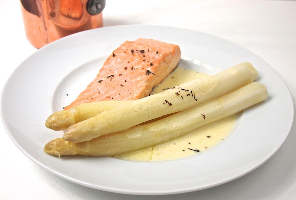 Weißer Spargel mit Lachs, Zitronen-Beurre blanc und Bourbon-Pfeffer