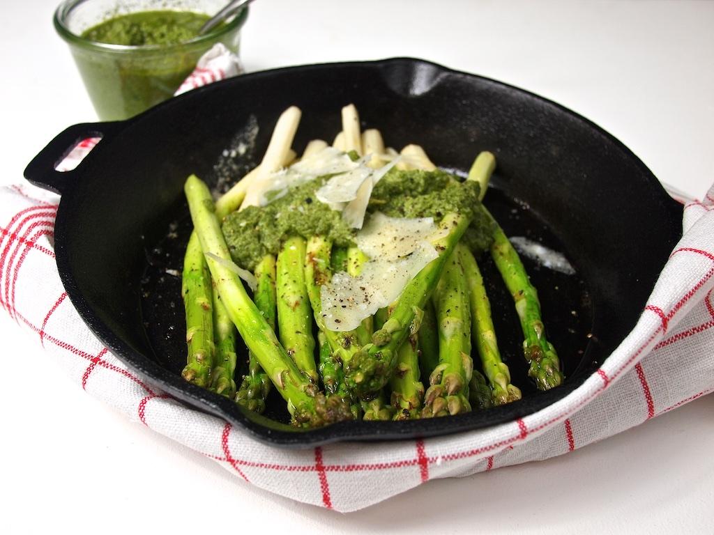 Grüner Spargel mit Minz-Mandel-Pesto