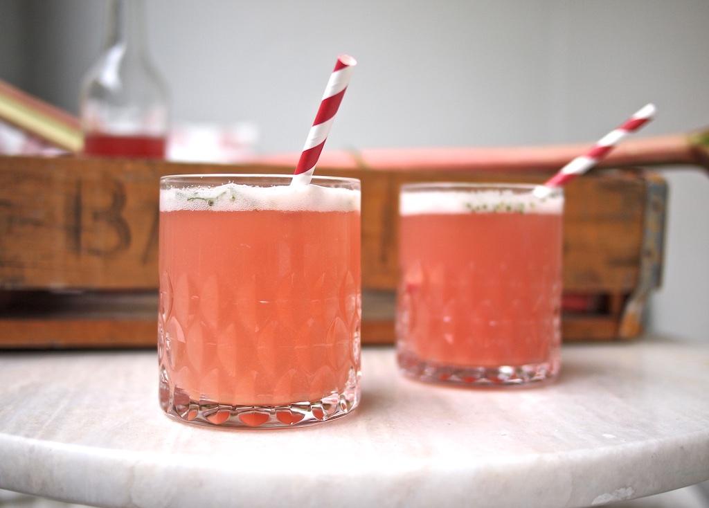 Rhabarbersirup und Rhabarber-Minz-Limonade