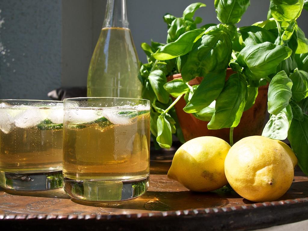 Basilikumsirup mit Ginger Ale und Gurke