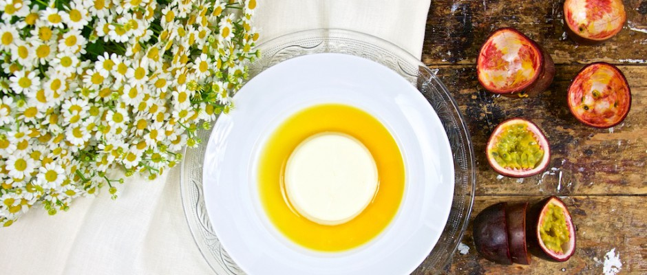 White Dinner: Ingwer-Panna cotta mit Passionsfrucht Coulis