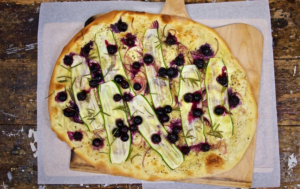 Flammkuchen mit Heidelbeeren, Zucchini und Rosmarin