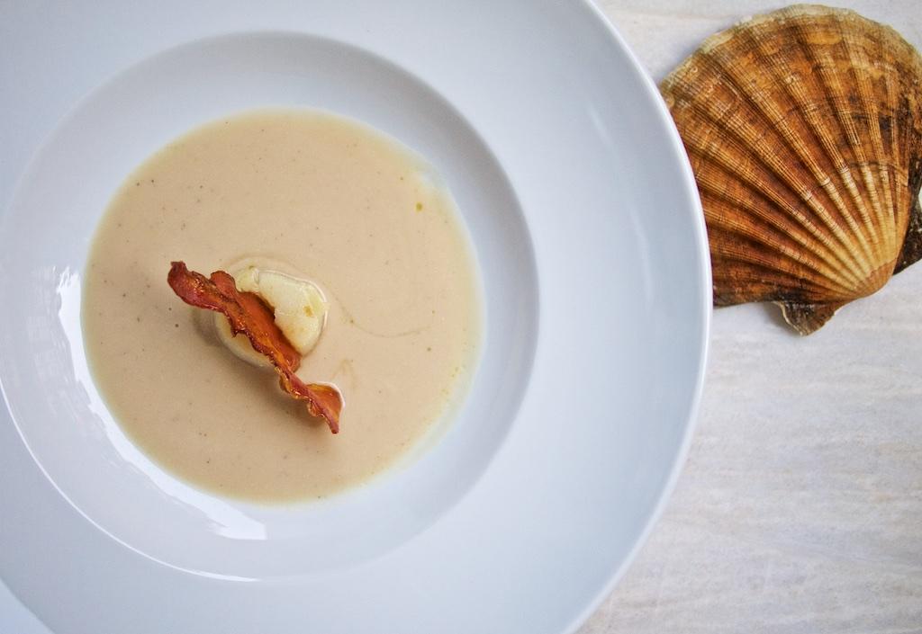 Weiße Bohnensuppe mit Jakobsmuschel und Weiße Bohnensuppe mit Jakobsmuschel und karamellisiertem Speck3