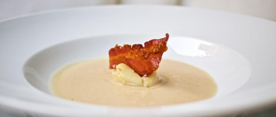 White Dinner, die Zweite: Weiße Bohnensuppe mit Jakobsmuschel und karamellisiertem Speck