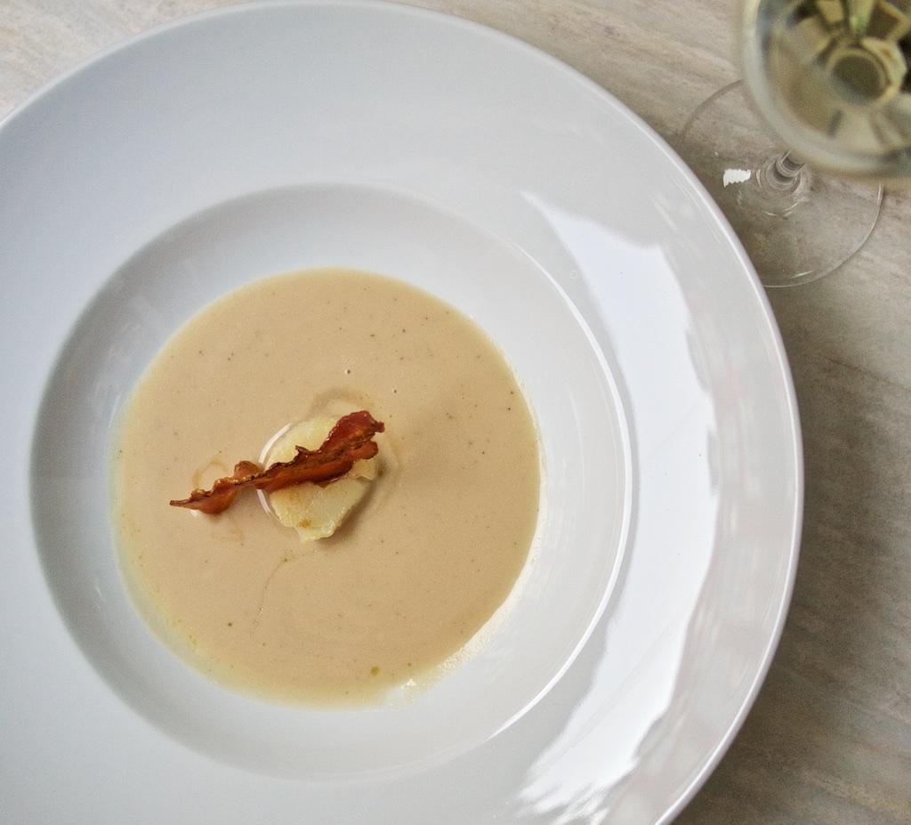 Weiße Bohnensuppe mit Jakobsmuschel und Weiße Bohnensuppe mit Jakobsmuschel und karamellisiertem Speck5