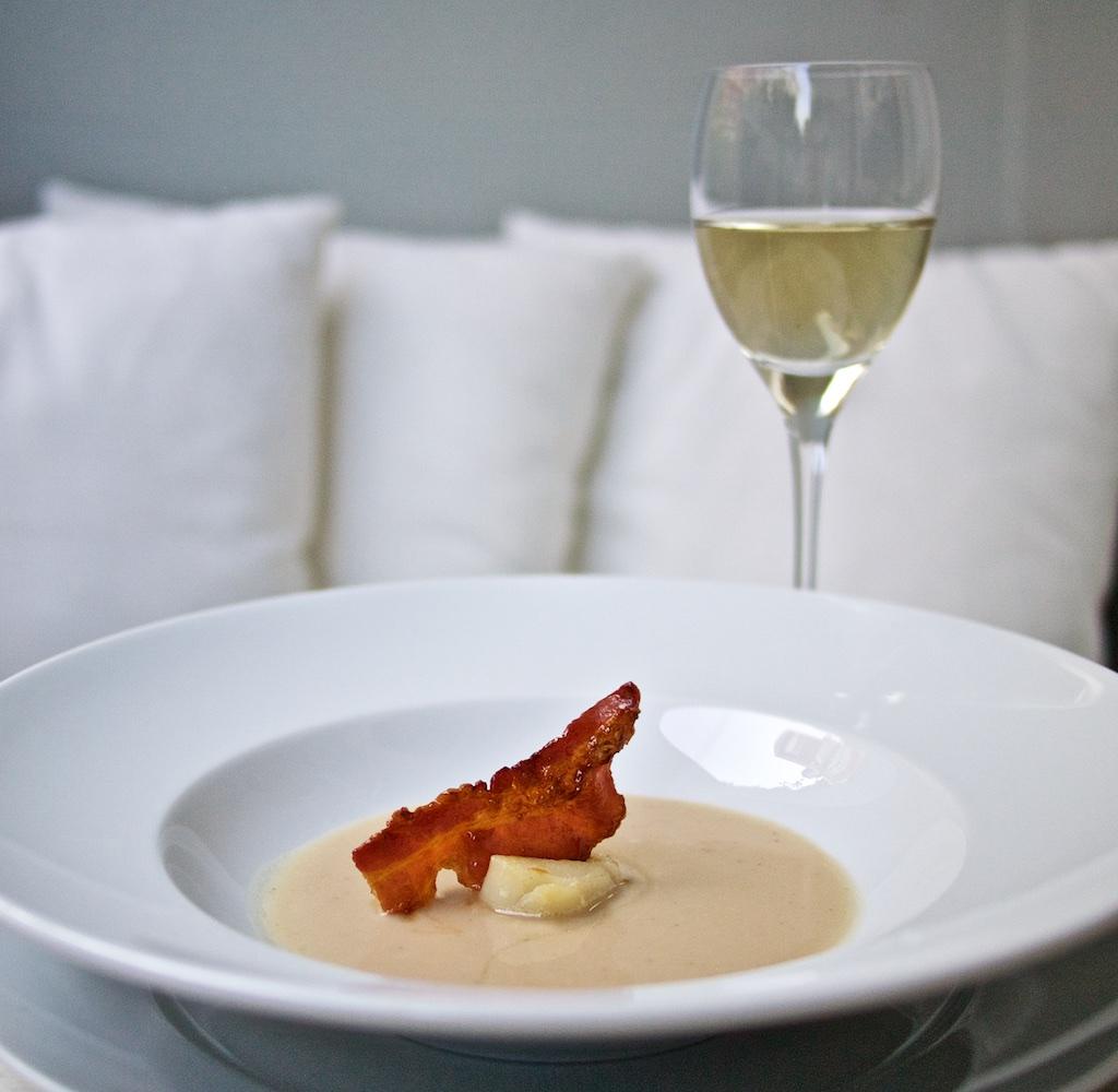 Weiße Bohnensuppe mit Jakobsmuschel und Weiße Bohnensuppe mit Jakobsmuschel und karamellisiertem Speck1
