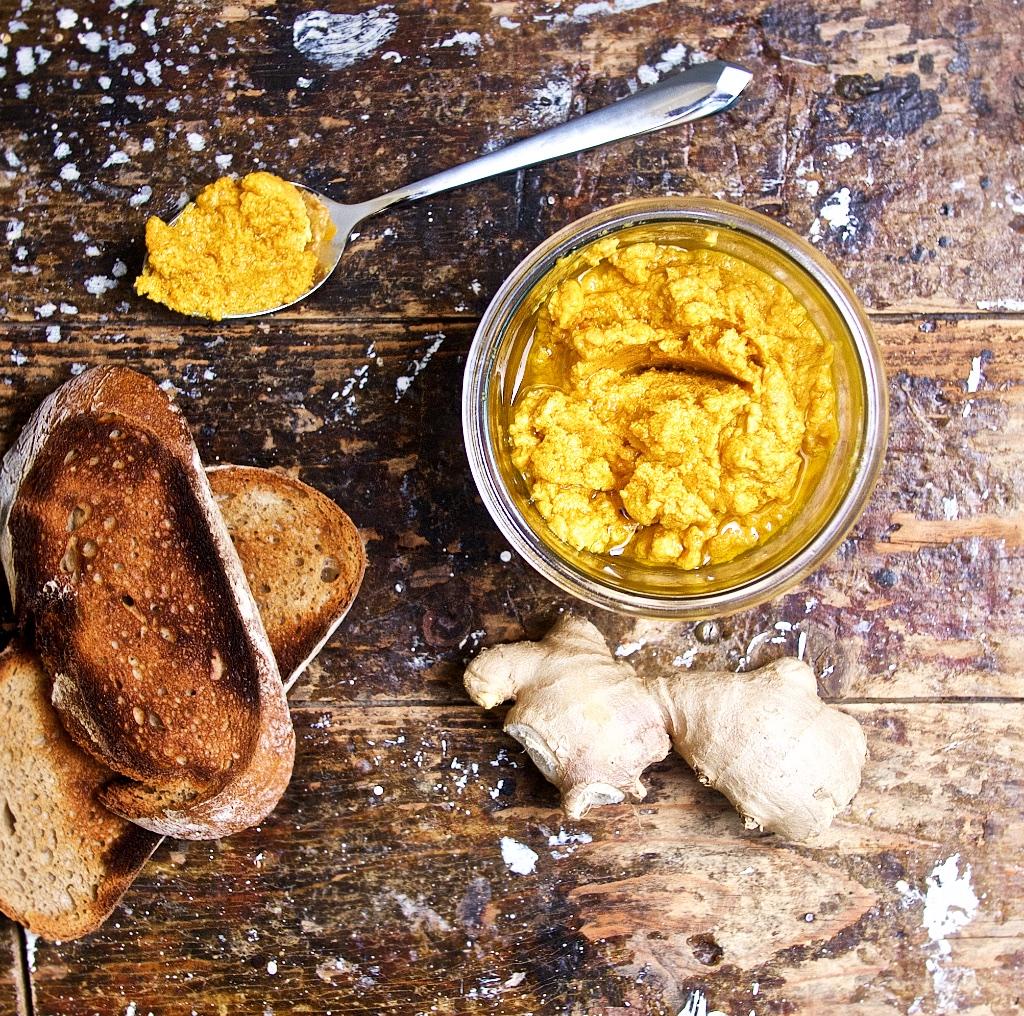 Karotten-Ingwer-Hummus auf einem Hähnchen-Pilz-Sandwich