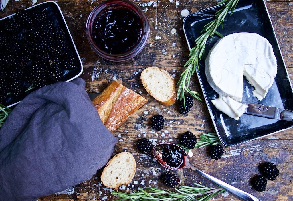 Brombeer-Rosmarin-Marmelade und rotes Johannisbeer-Lavendel-Sirup