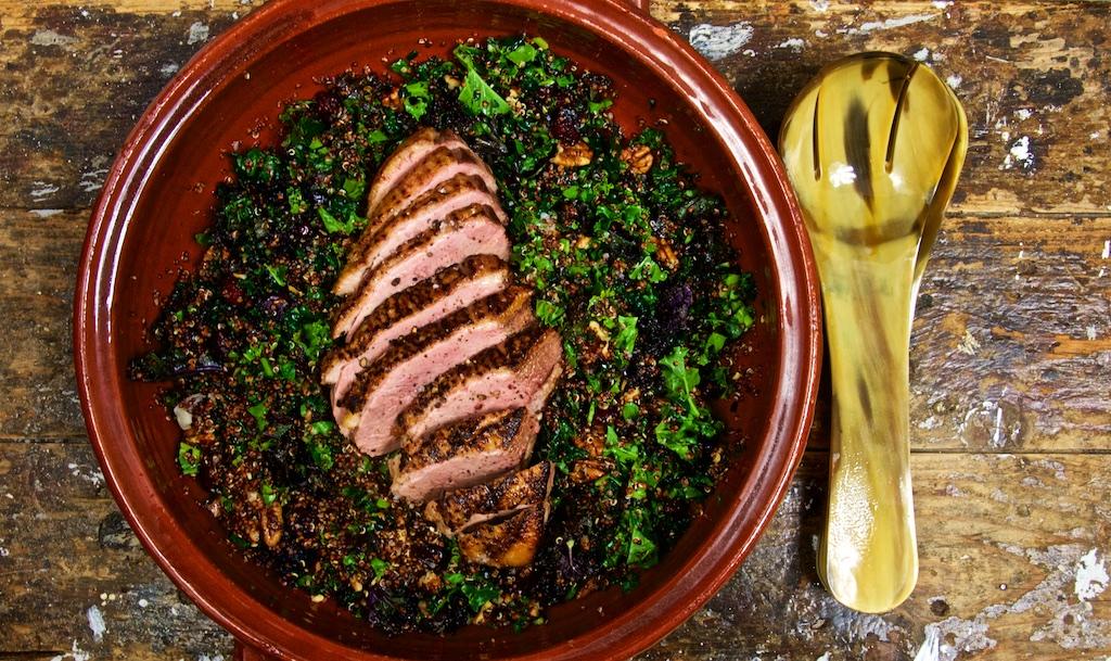 Entenbrust auf Grünkohl-Quinoa-Salat mit Pecannüssen und Cranberries