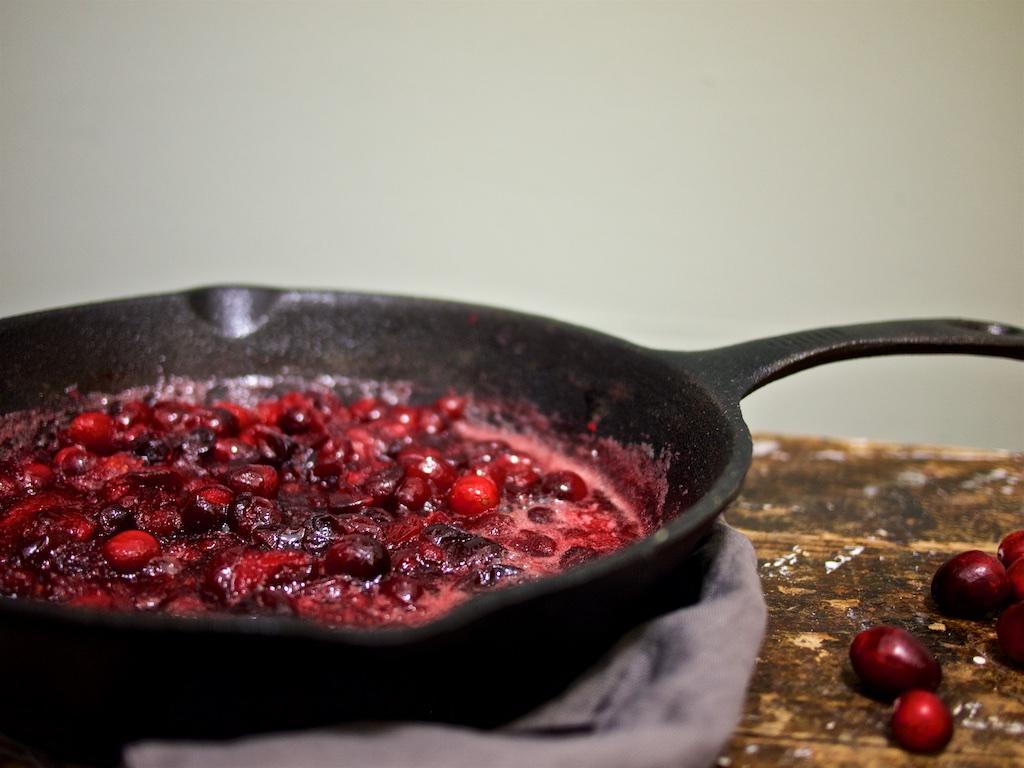 Mohneis mit Cranberry-Bourbon-Sauce