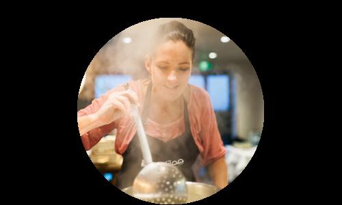 Pia beim Kochen
