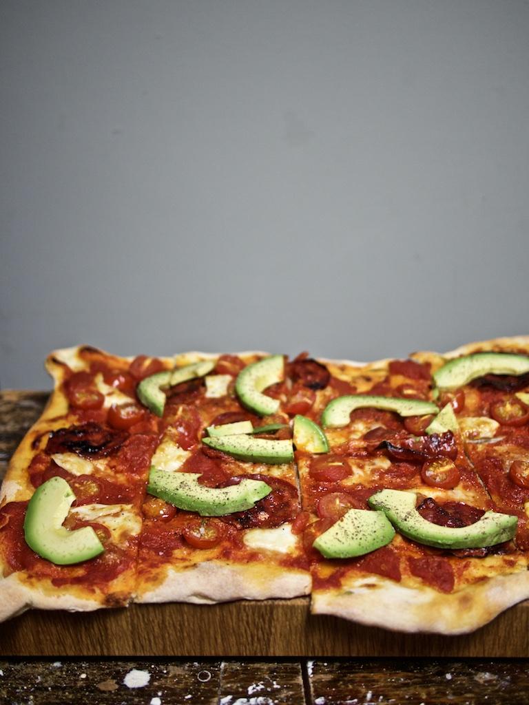 Pizza mit Avo und Chorizo