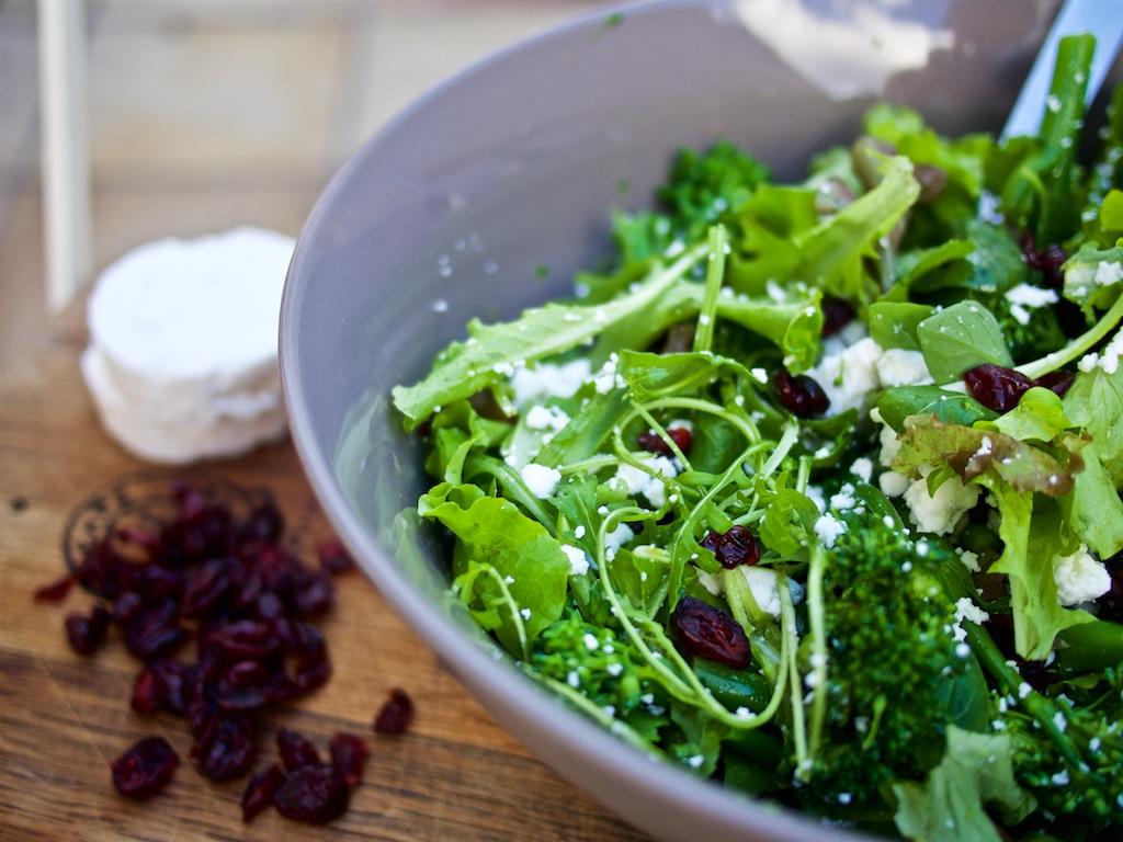 Grüner Salat mit Ziegenfeta und Cranberries