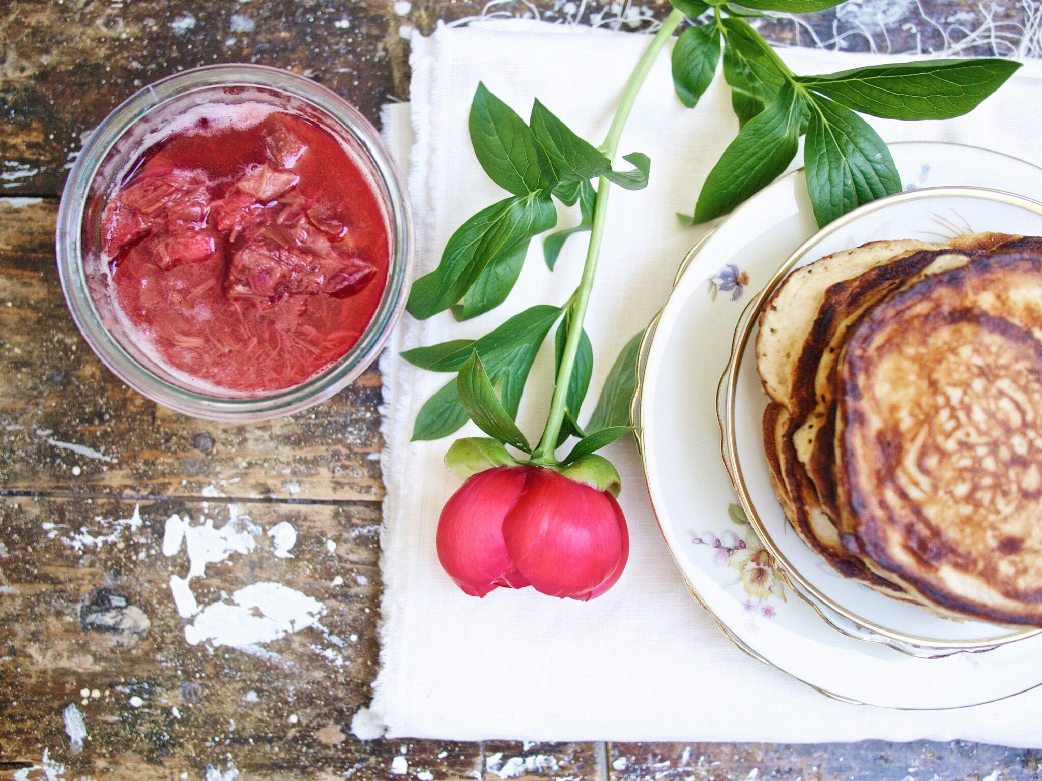 Buttermilch-Pancakes mit Rhabarber-Kompott