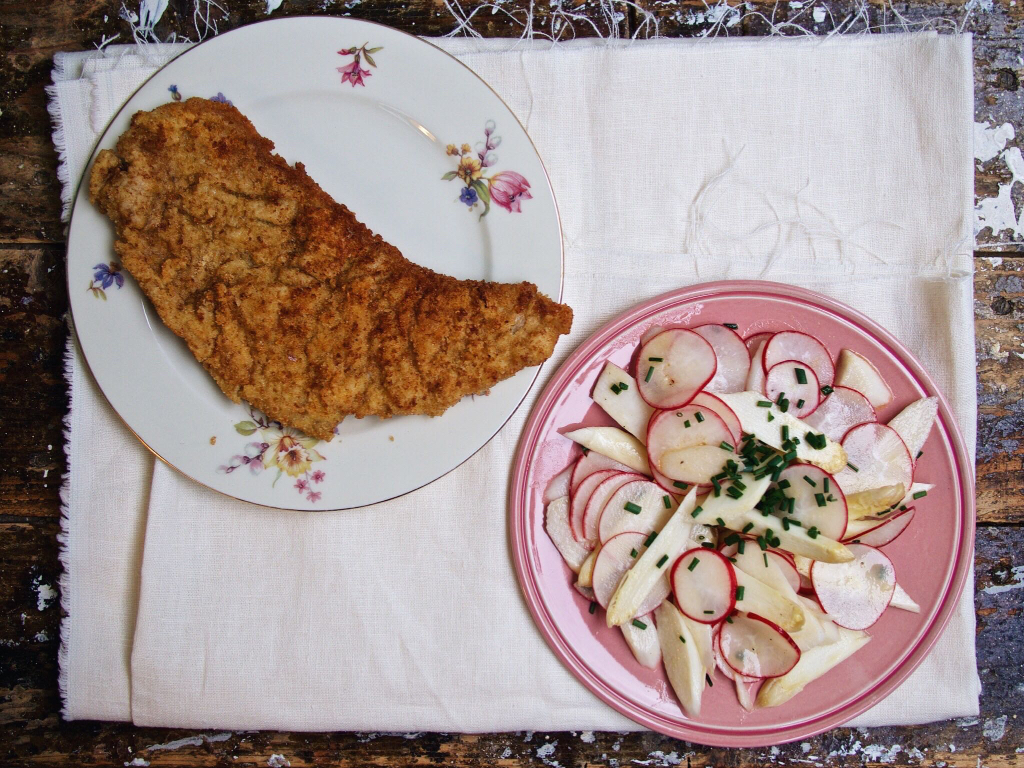 Spargel-Radieschen-Salat mit Wiener Schnitzel
