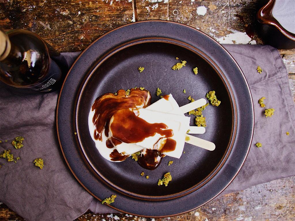Ziegenfrischkäseeis mit Balsamkaramell und Rosmarinkrokant (gesponsert)