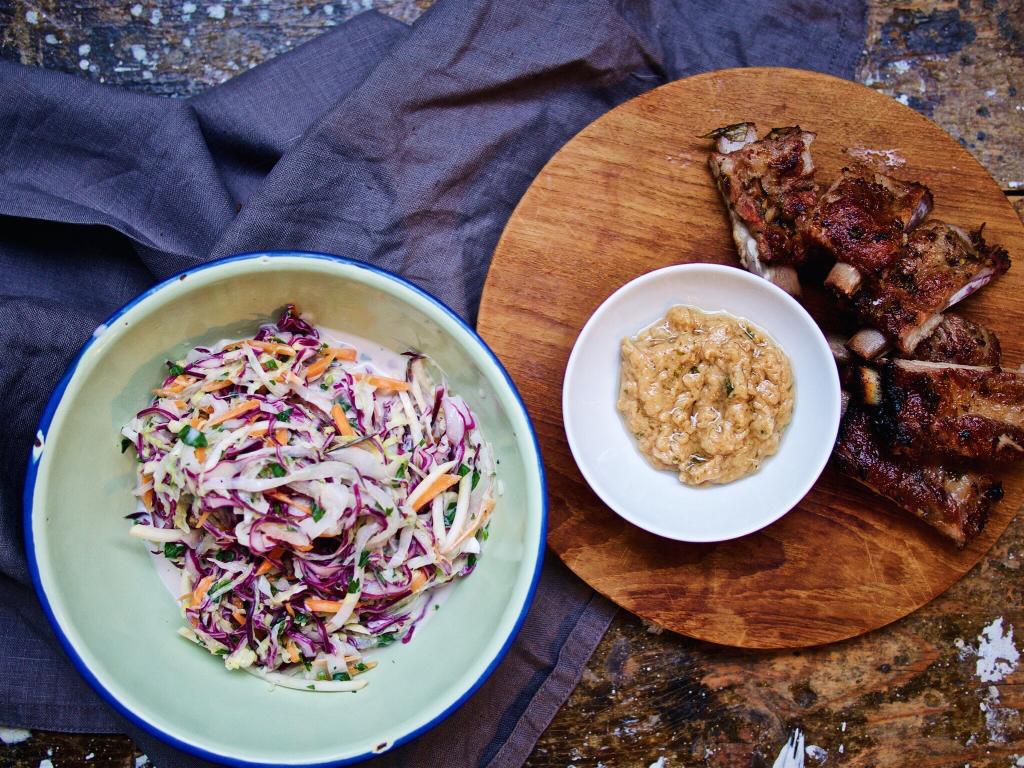 Asiatische Spare Ribs und Krautsalat amerikanischer Art