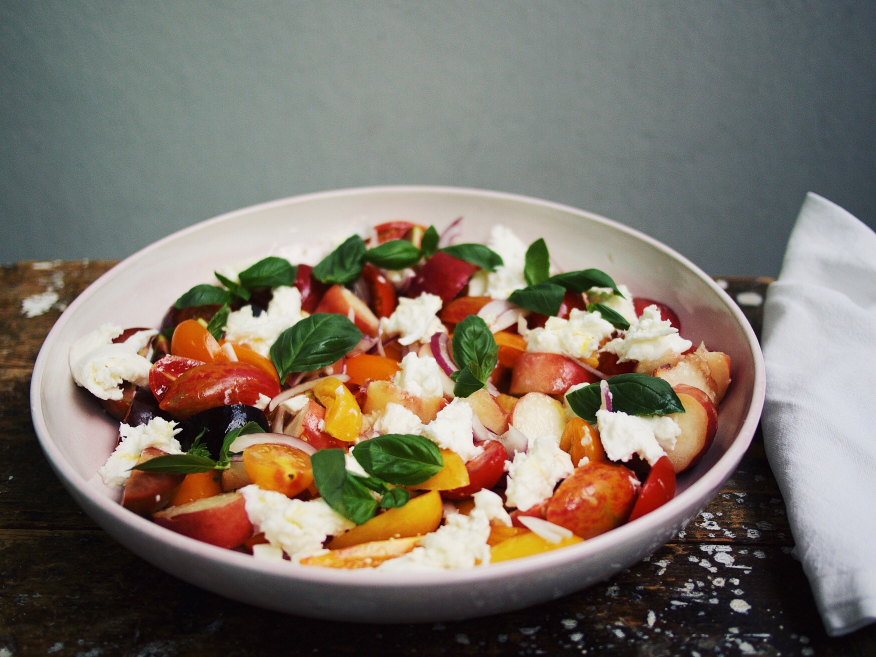 Tomaten-Pfirsich-Salat mit Markrelen vom Grill