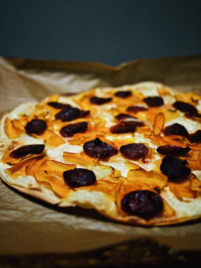 Flammkuchen mit Hokkaido und Chorizo