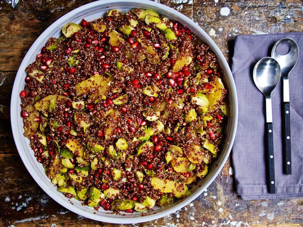 Quinoa-Rosenkohl-Salat mit Granatapfel und Gans