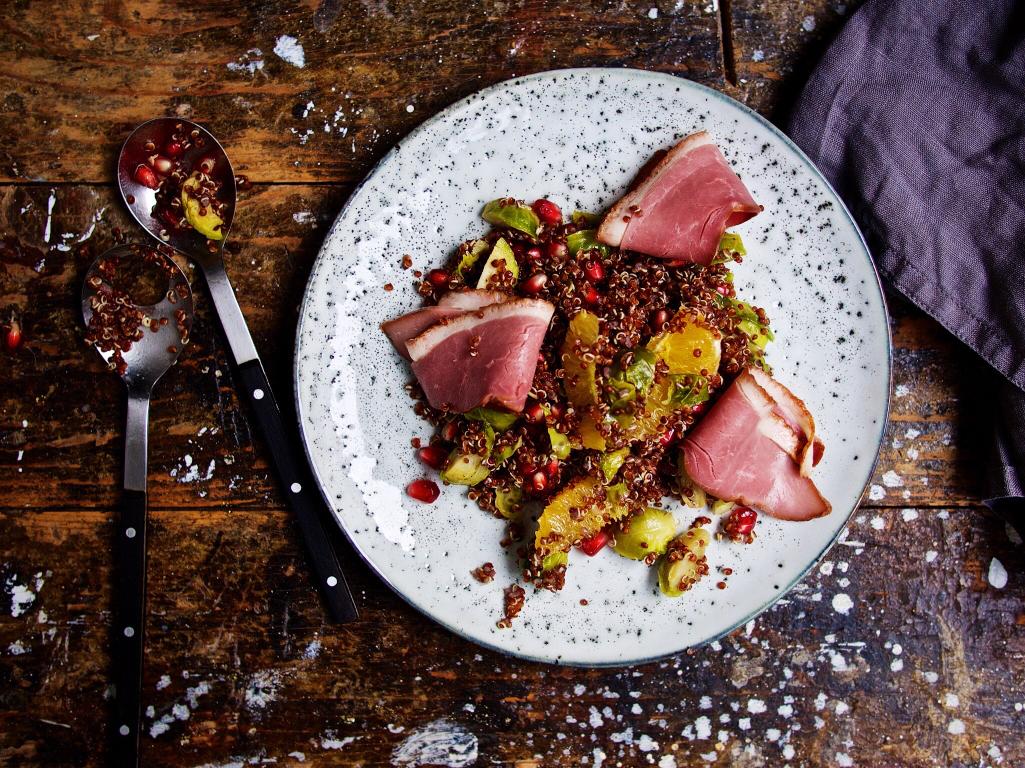 Rotes Quinoa-Rosenkohl-Salat mit Granatapfelkernen und Gänsebrust