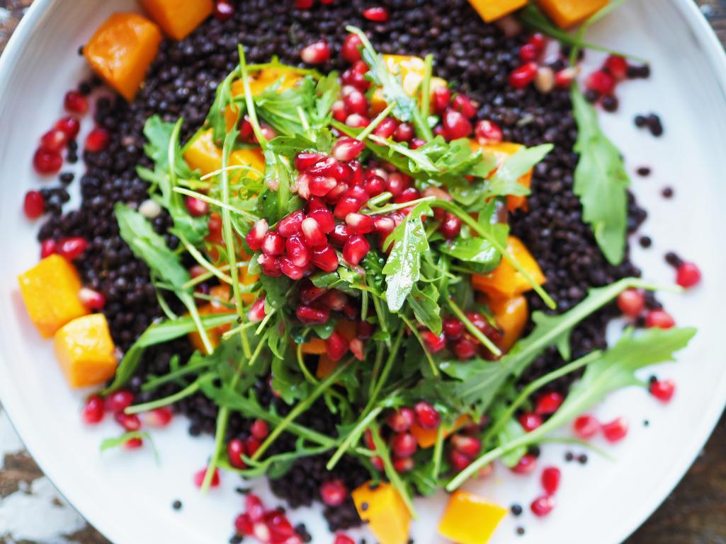Beluga-Buttenut-Salat mit Rauke und Granatapfelkernen
