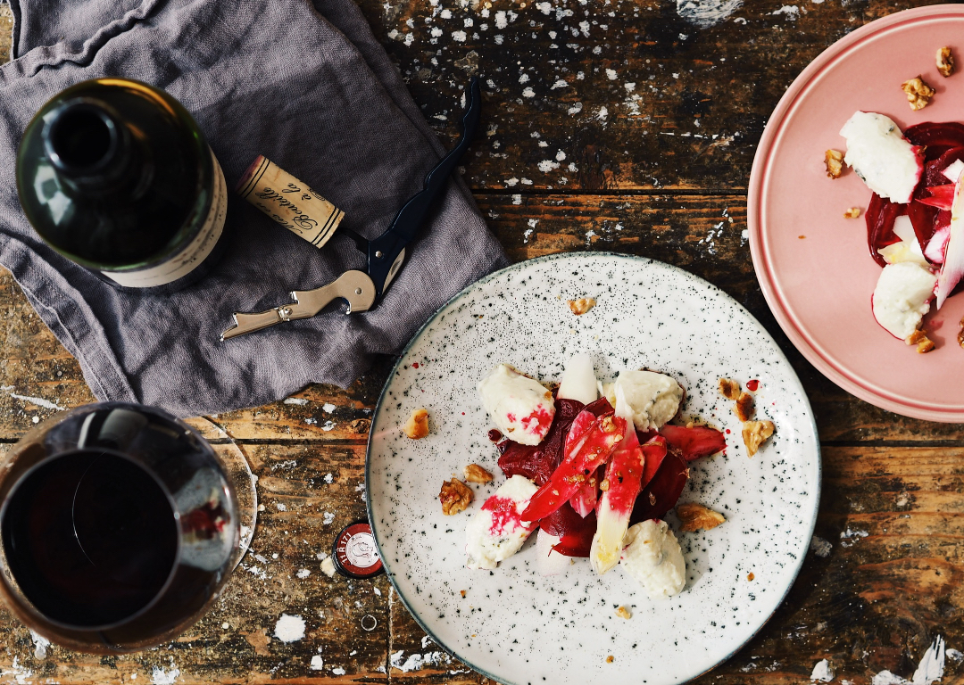 Marinierte Rote Bete-Spargel-Türmchen mit Roquefort-Mousse