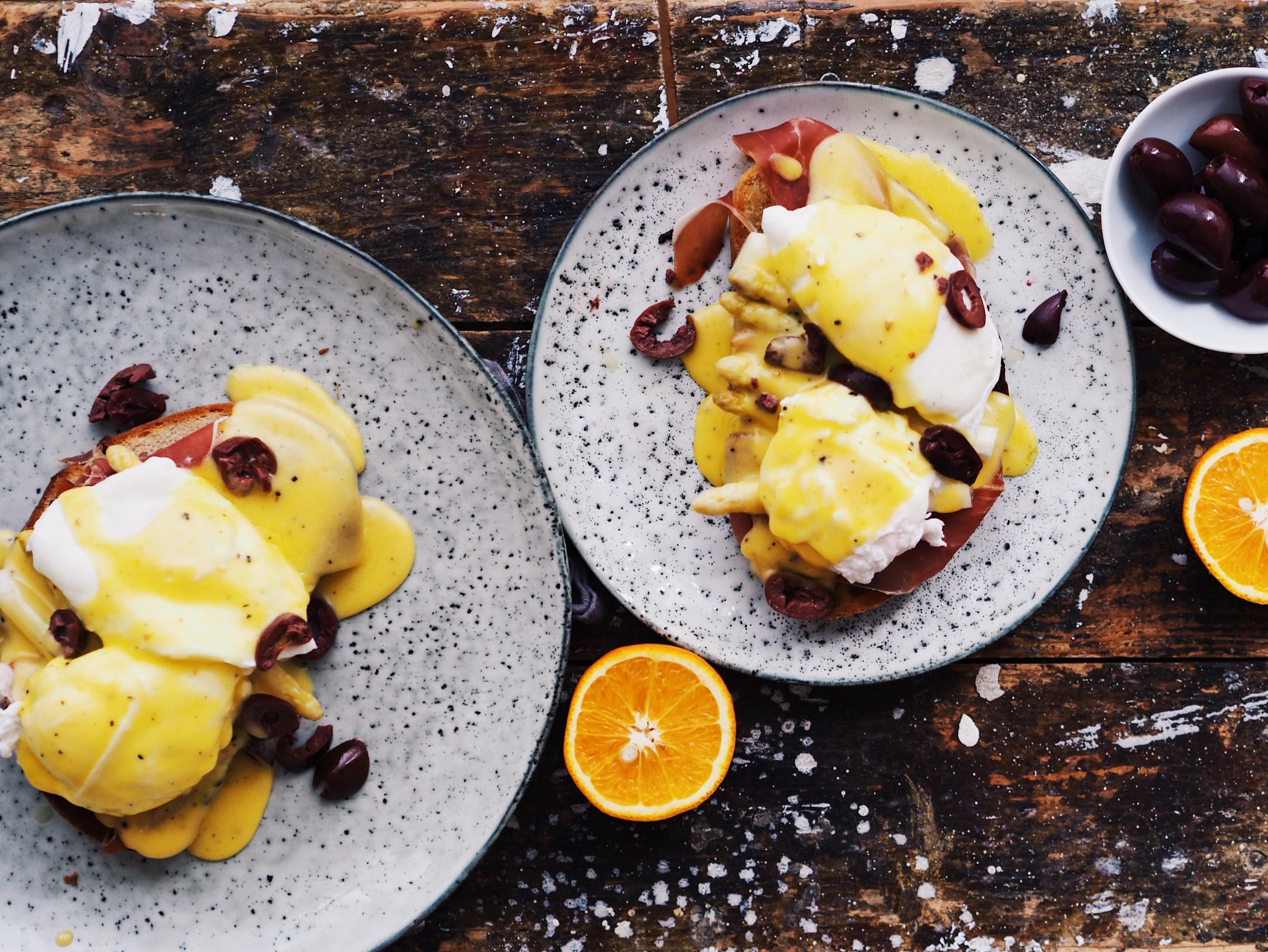 Pochierte Eier mit Orangen-Hollandaise, Spargel und Parmaschinken