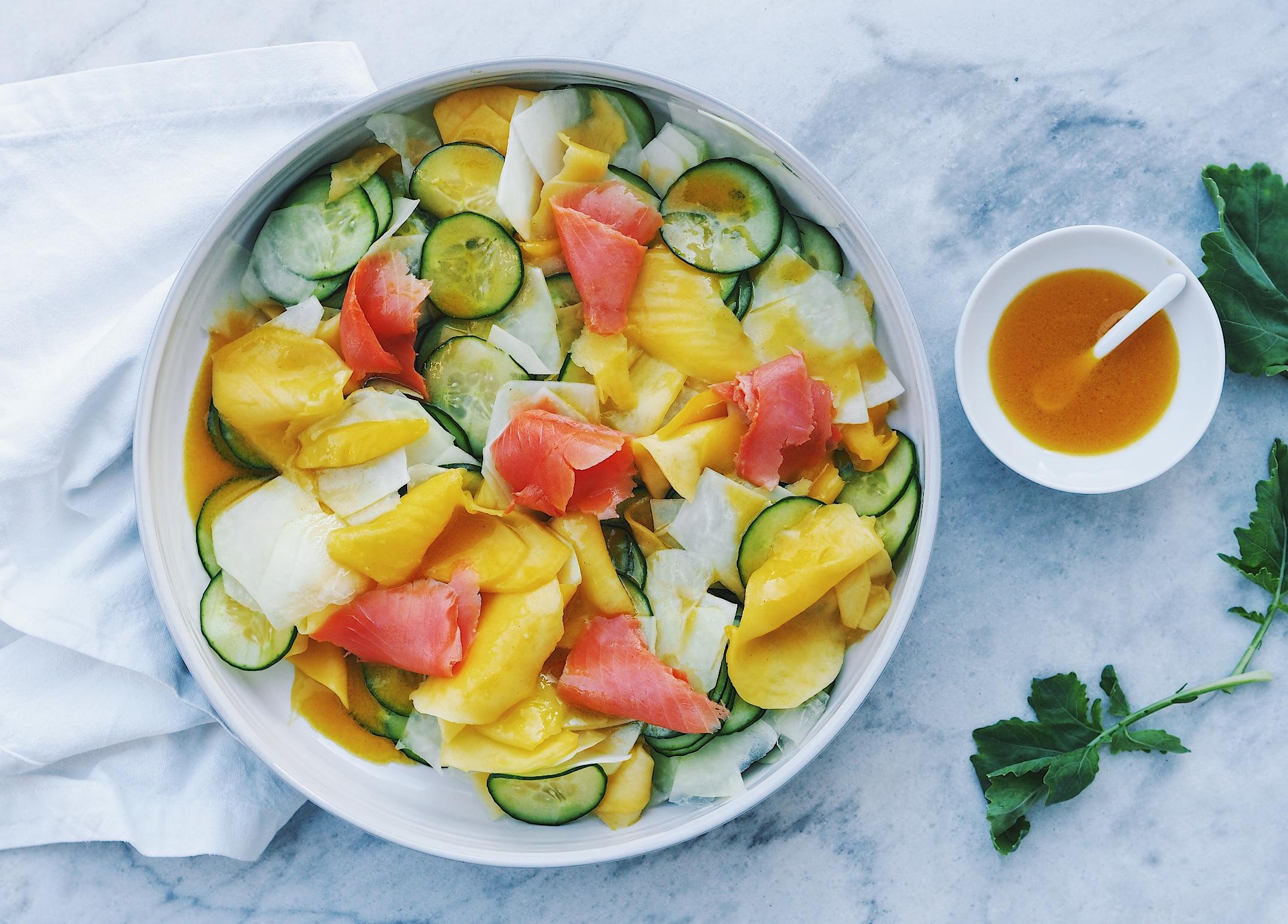 Gurke-Kohlrabi-Mango-Salat mit Räucherlachs