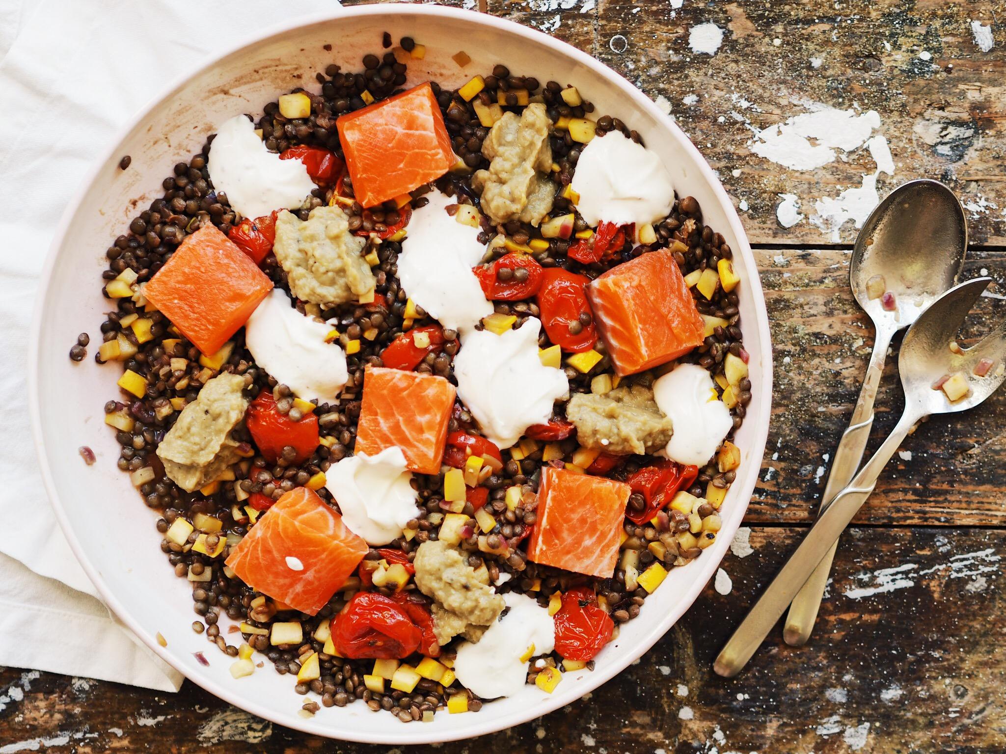 Linsensalat mit gebeiztem Lachs, confierten Tomaten und Auberginendip