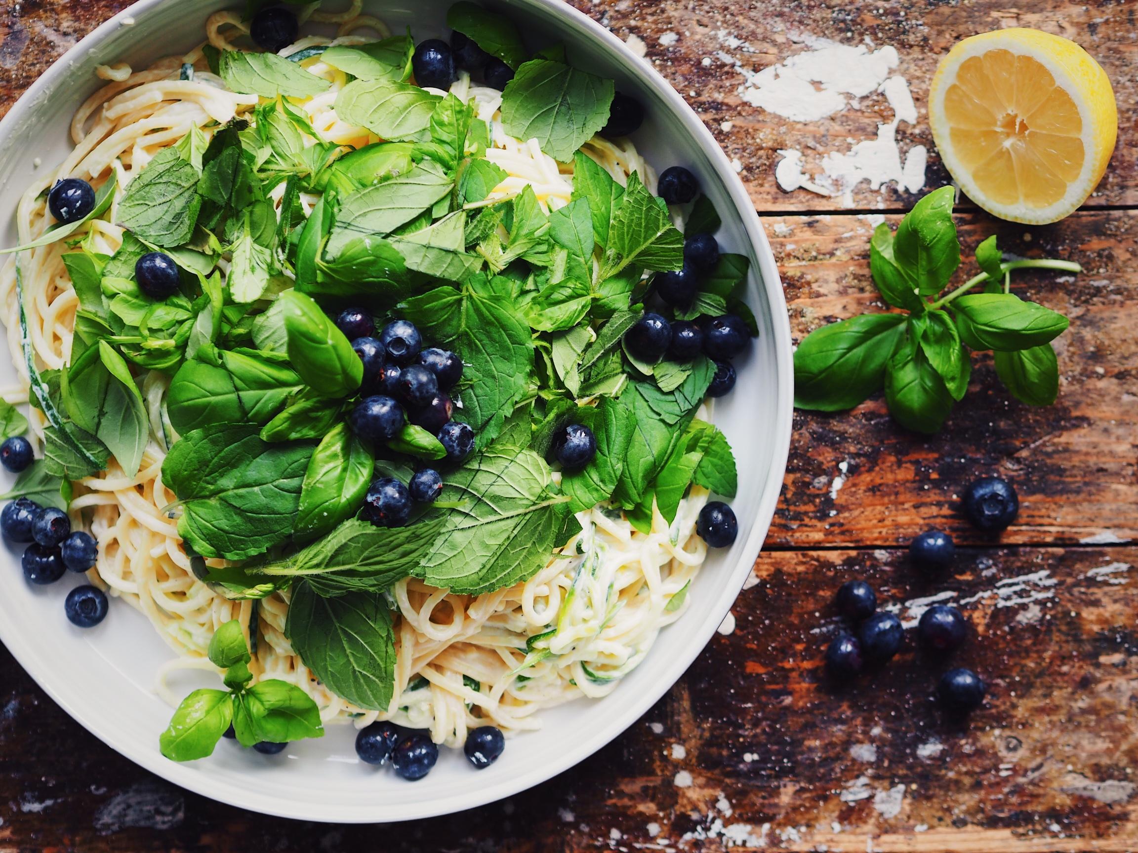 Spaghetti mit Ziegenfrischkäse, Zucchini und Blaubeeren