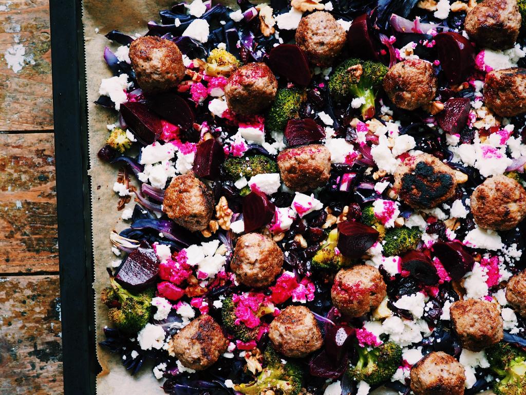 Lauwarmer Rotkohl-Brokkoli-Salat mit Lammhackbällchen