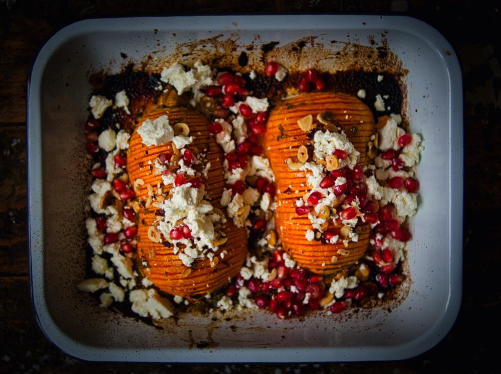 Hasselback-Butternut mit Schafskäse, Haselnüssen und Granatapfelkernen
