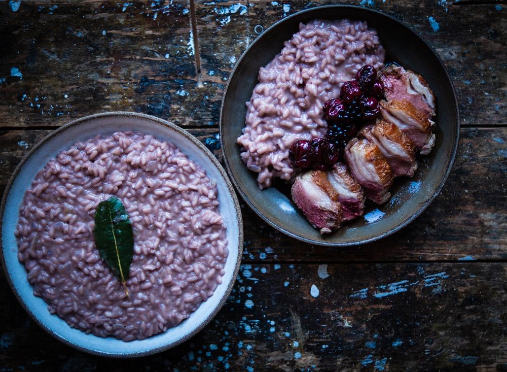 Rotwein-Risotto mit rosagebratener Lammhüfte und Balsamico-Kirschen (Werbung)