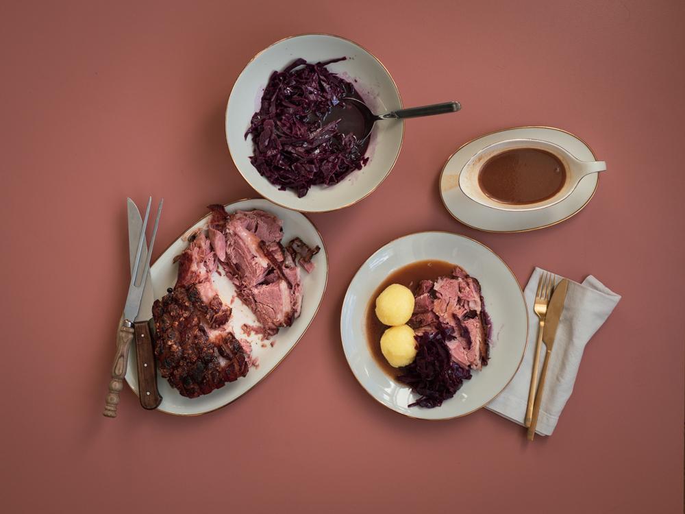 Schweinekrustenbraten mit Schwarzbiersauce und Rotkohl